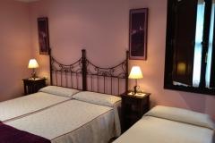 Habitación con tres camas, Hotel Rural El Texeu