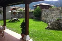 Porche y jardín del Hotel Rural El Texeu