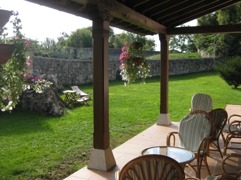 Jardín y porche del Hotel Rural El Texeu