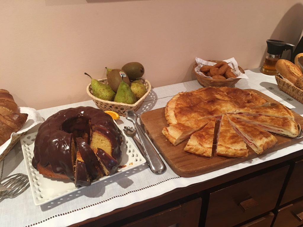 Bizcocho y empanadas caseras y frutas en nuestros desayunos