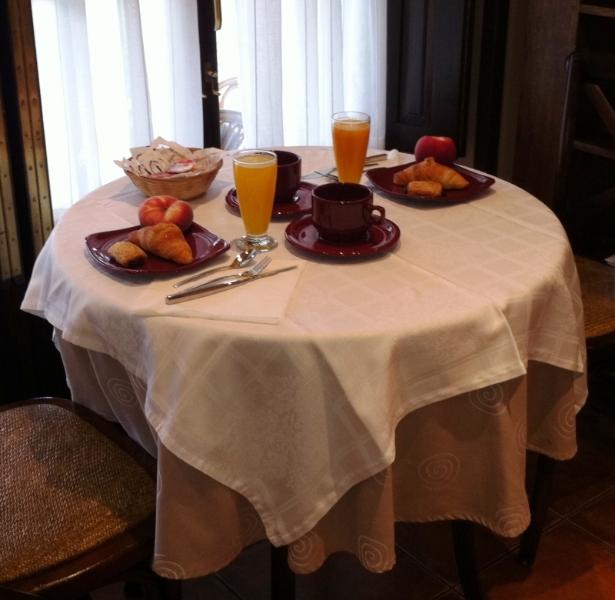 Mesa de desayuno con zumo de naranja recién exprimido